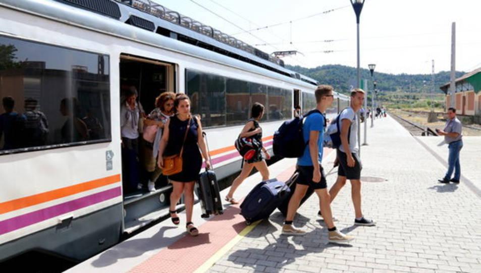 Pla general de passatgers baixant del tren a l'estació de Marçà-Falset de la R-15. Imatge del 14 de juliol de 2017.