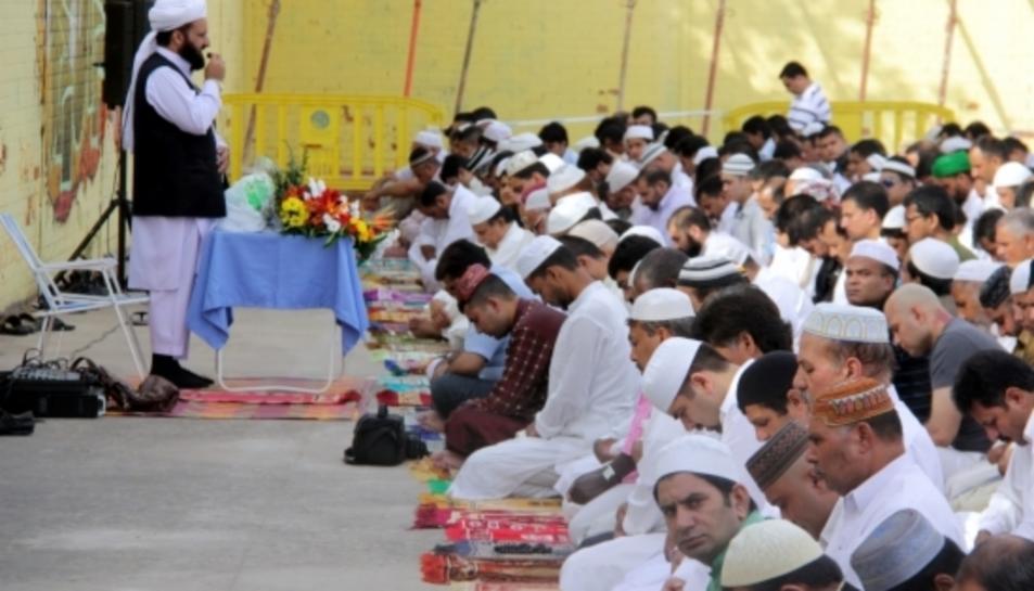 Imatge d'un grup de musulmans pakistanesos fent l'última pregària del Ramadà.