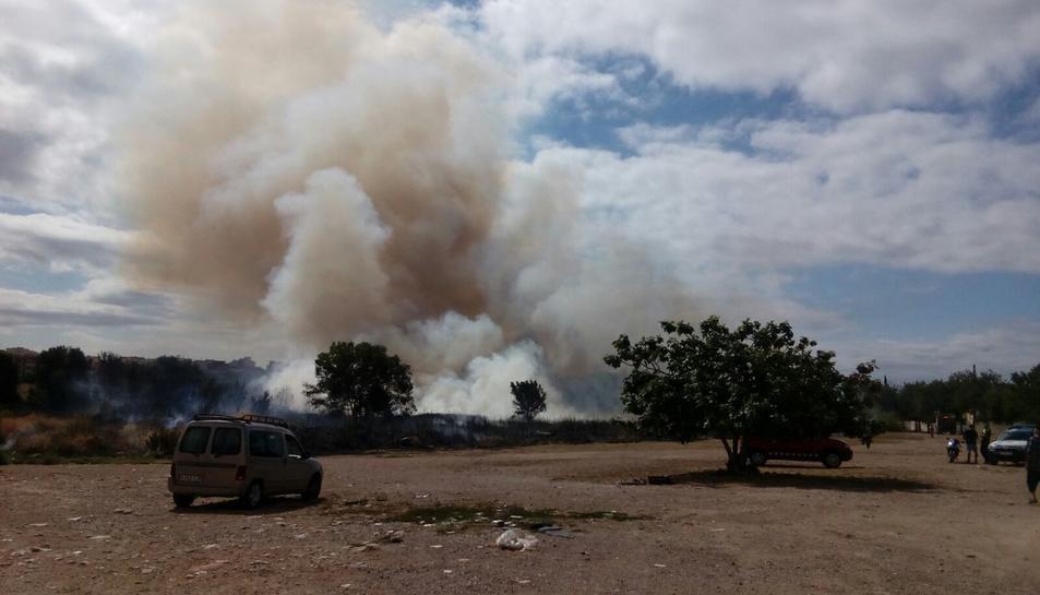 L'incendi avança ràpidament, segons fonts presencials.