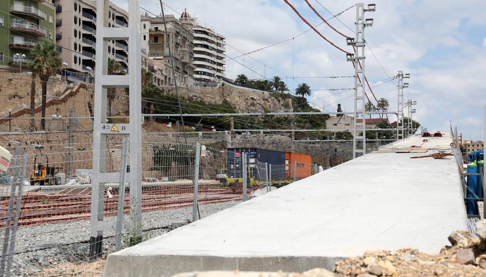 Imatge que oferia dimarts la passarel·la, amb els dos trams que ja s'han col·locat.