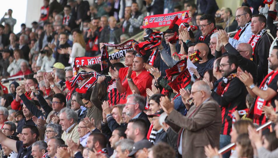 L'afició roig-i-negra animant en una imatge d'arxiu d'un partit de la temporada passada.
