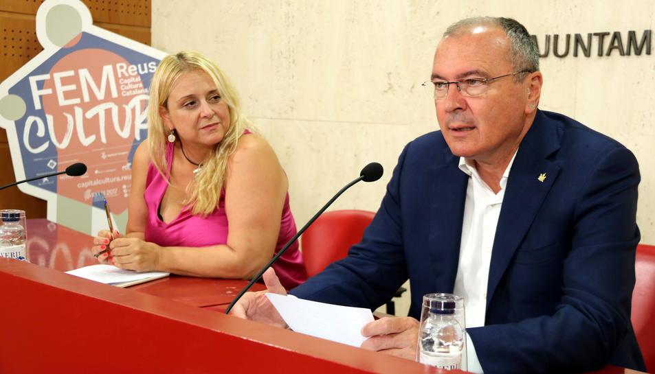 L'alcalde de Reus, Carles Pellicer, i la regidora de Cultura, Montserrat Caelles, en roda de premsa a l'equador de la Capitalitat de la Cultura Catalana 2017. Imatge del 26 de juliol del 2017