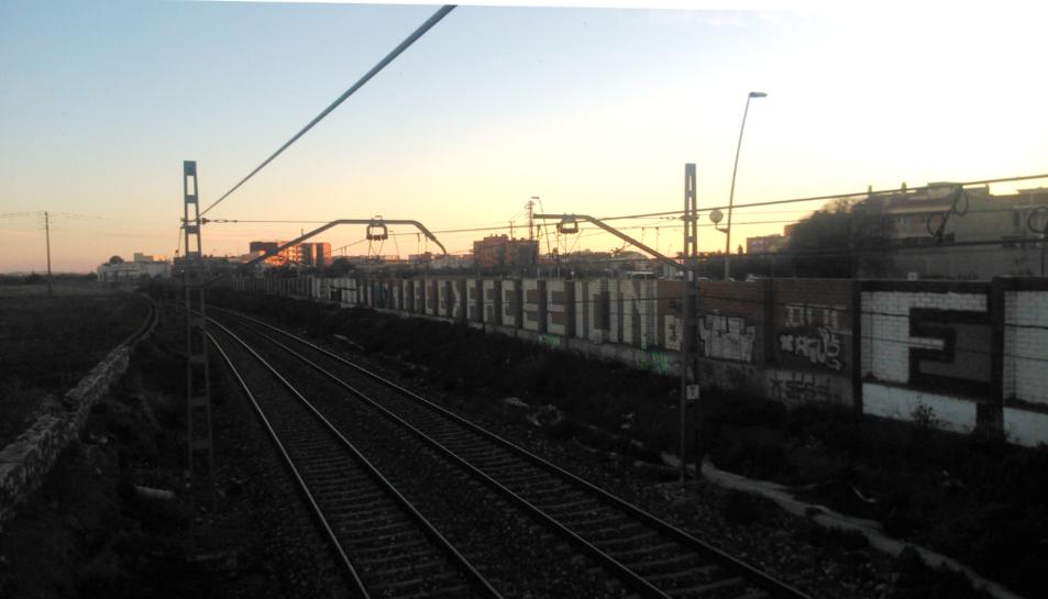 Les vies ferroviàries al seu pas per Reus vistes des del pont de davant el Campus Bellisens de la URV.