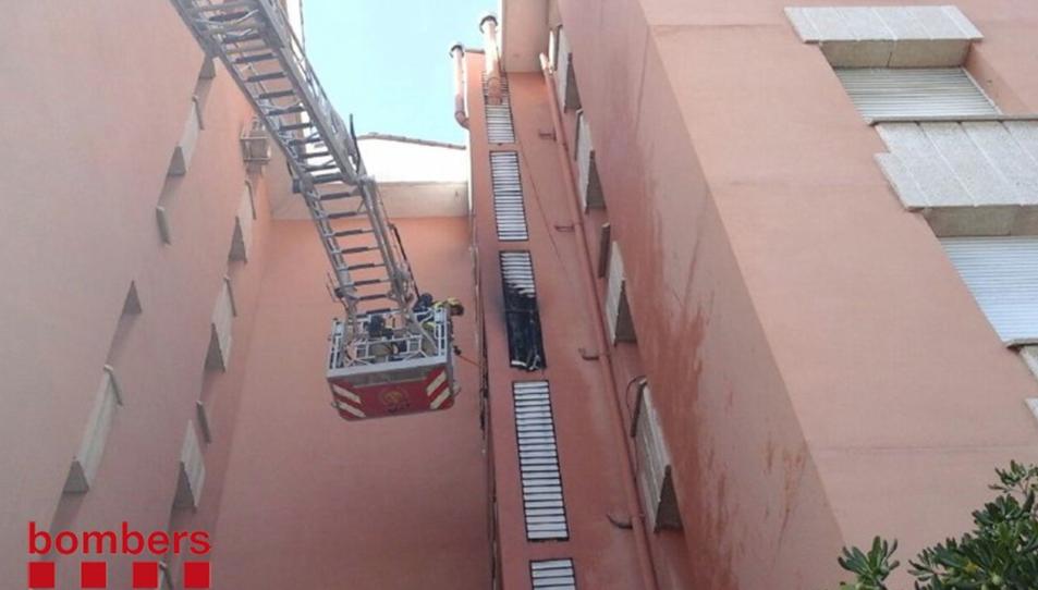Els Bombers treballant al pis afectat, al número 6 del carrer Riu Llobregat.