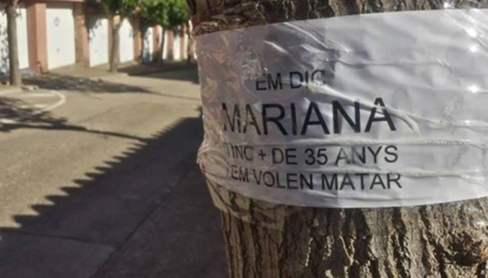 Els veïns han personalitzat les moreres amb cartells on es pot llegir el seu nom i l'edat que tenen.