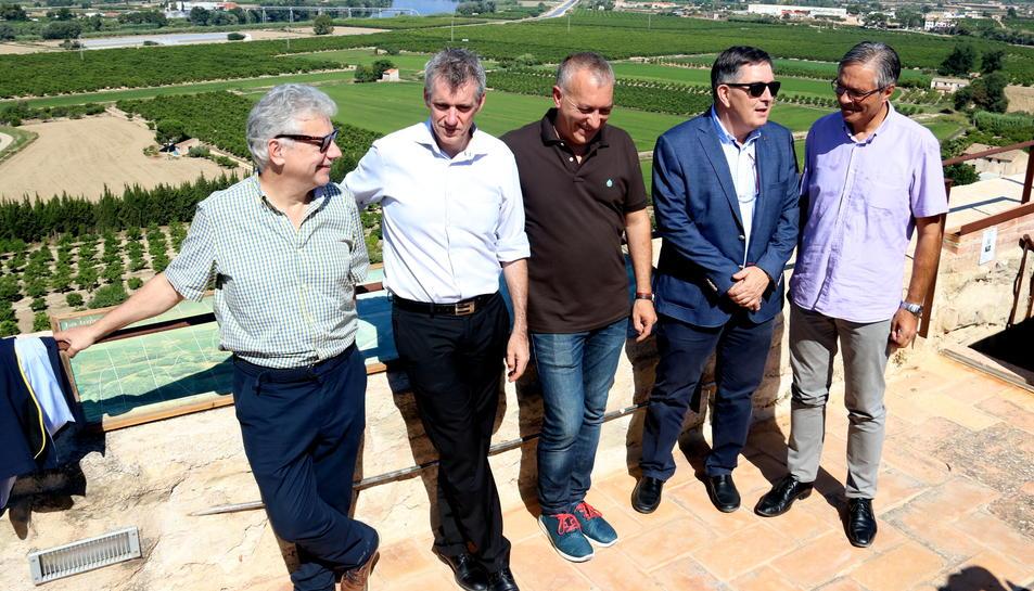 D'esquerra a dreta: Josep Sánchez Cervelló, Dani Andreu, Damià Grau, Josep Anton Ferré i Adam Tomàs, al terrat de la Torre de Campredó. Imatge del 27 de juliol de 2017