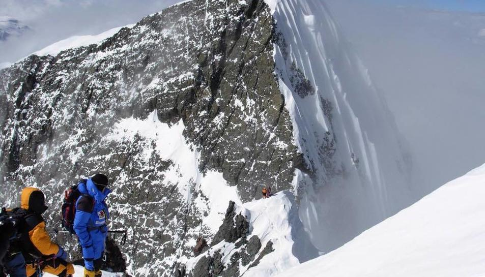 Imatge d'Òscar Cadiach i el seu equip ja havent superat el coll del Broad Peak.