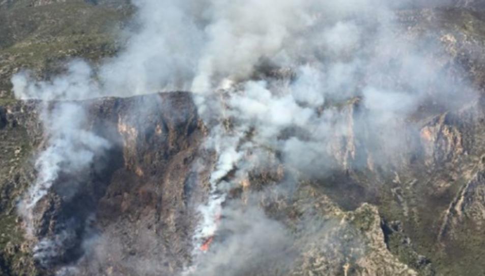 Imatge aèria de l'incendi, que ha començat al fons d'un barranc i es dirigeix cap a la part superior de la serra.