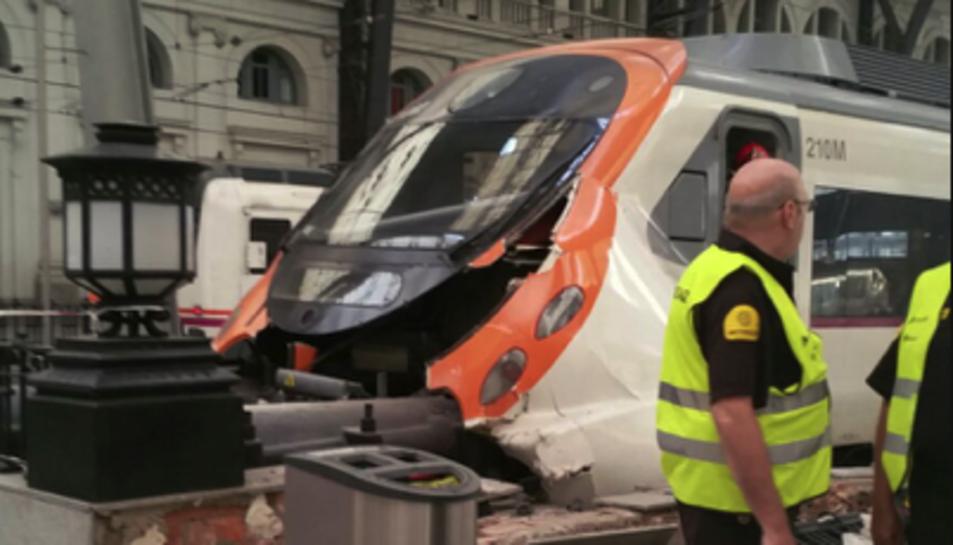 Imatge del tren accidentat el matí d'aquest 28 de juliol a l'estació de França.