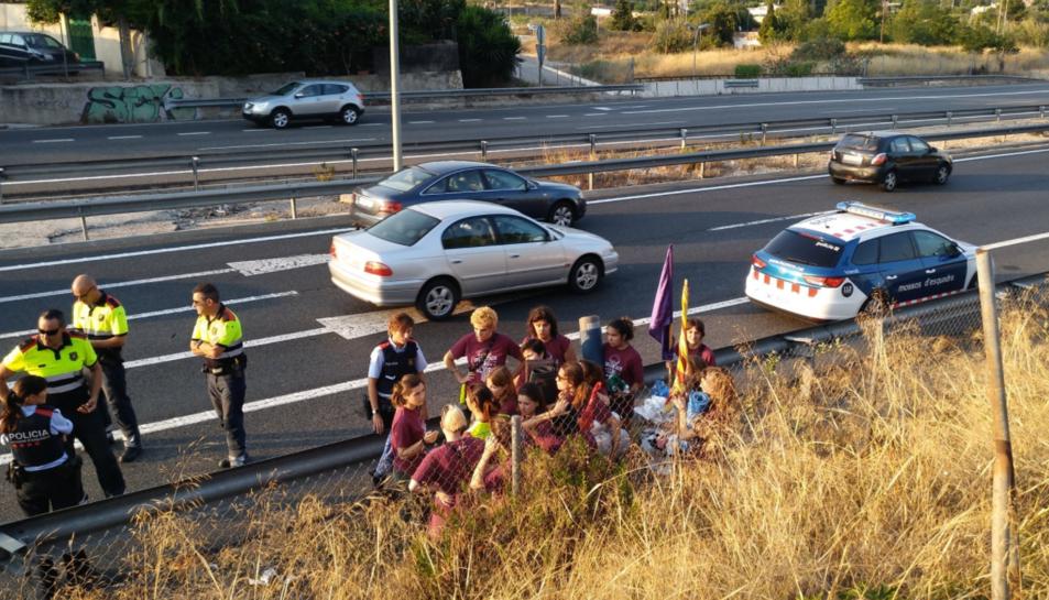 Els Mossos d'Esquadra amb les manifestants un cop disolta la manifestació.