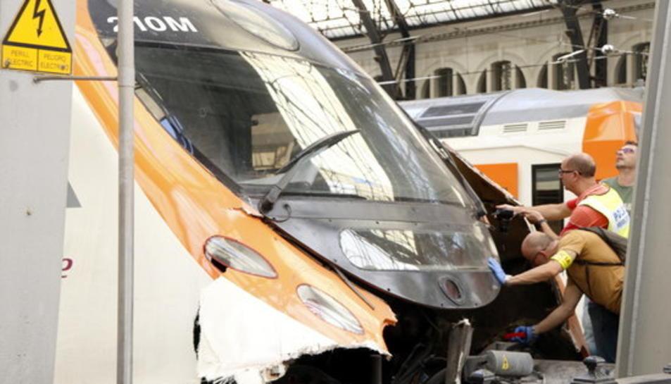 Pla obert de la part davantera del tren accidentat amb agents dels Mossos inspeccionant i fent fotografies.