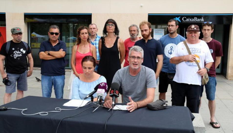 Foto de grup de membres de la CUP i el partit Vila-seca en Comú, amb el diputat Sergi Saladié i la portaveu del grup municipal Elisabet Sánchez, en roda de premsa.