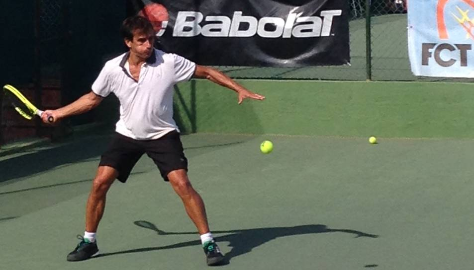 Un dels jugadors a punt d'impactar la pilota durant un partit.