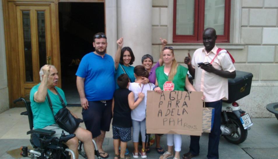 Els membres de la PAH, a l'Ajuntament de Reus per demanar una solució per l'Adela.