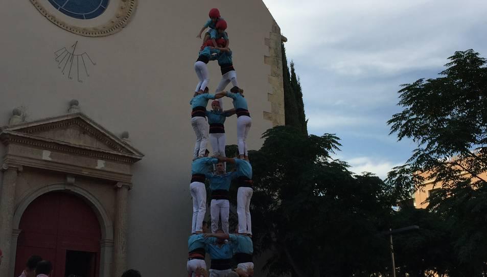 3de7 dels Xiquets de Vila-seca a la diada de festa major a la plaça de l'Església de Vila-seca.