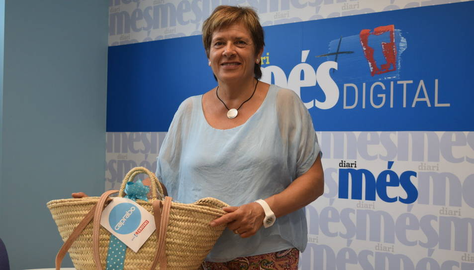 Maria Remei Gomis Busquets amb la cistella a la redacció de Diari Més.