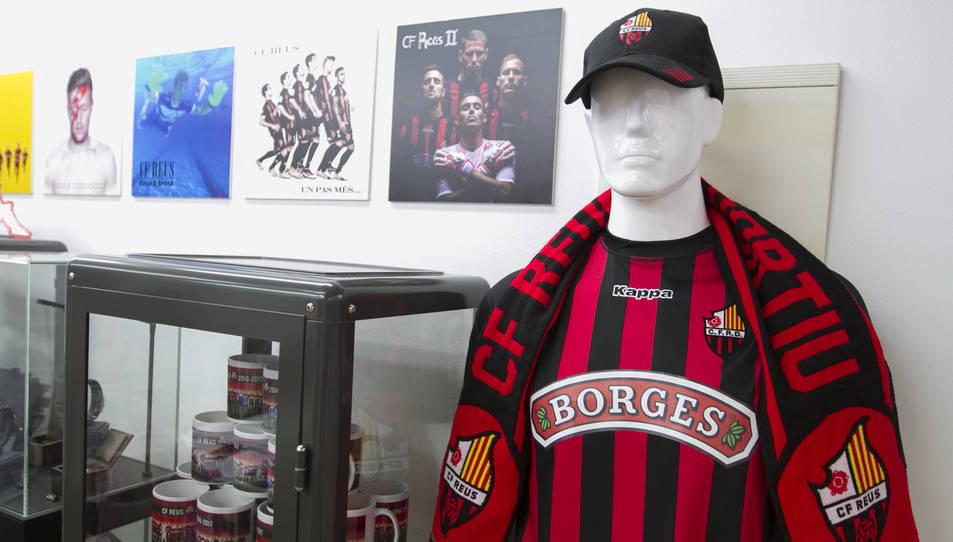 Tot i que l'equip juga els amistosos sense el logo de Borges, les equipacions que es venen a la CF Reus Store segueix tenint-lo.