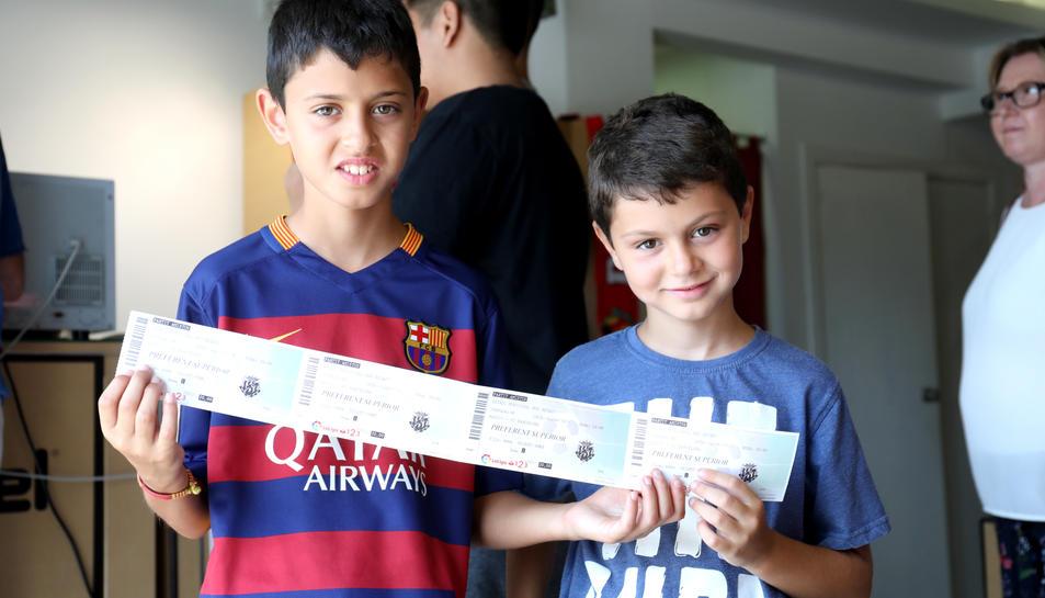 Dos nens amb les entrades pel partit d'aquest divendres.