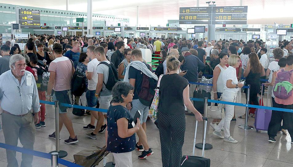 El col·lapse de passatgers viscut a les cues del control de seguretat de l'Aeroport del Prat en una imatge del passat dia 27.
