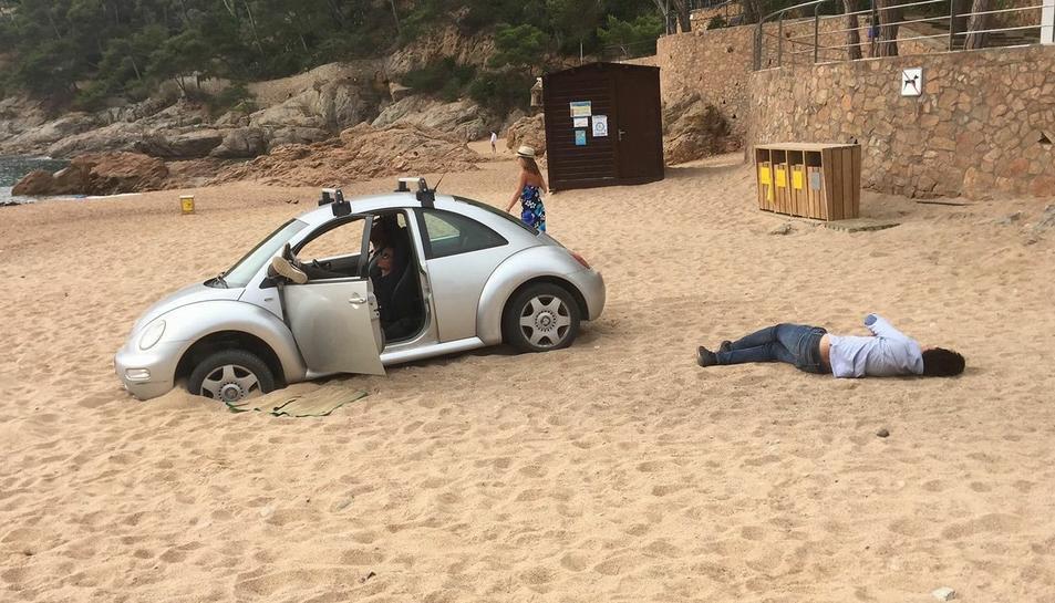Imatge recollida per un veí i publicada a Twitter del vehicle.