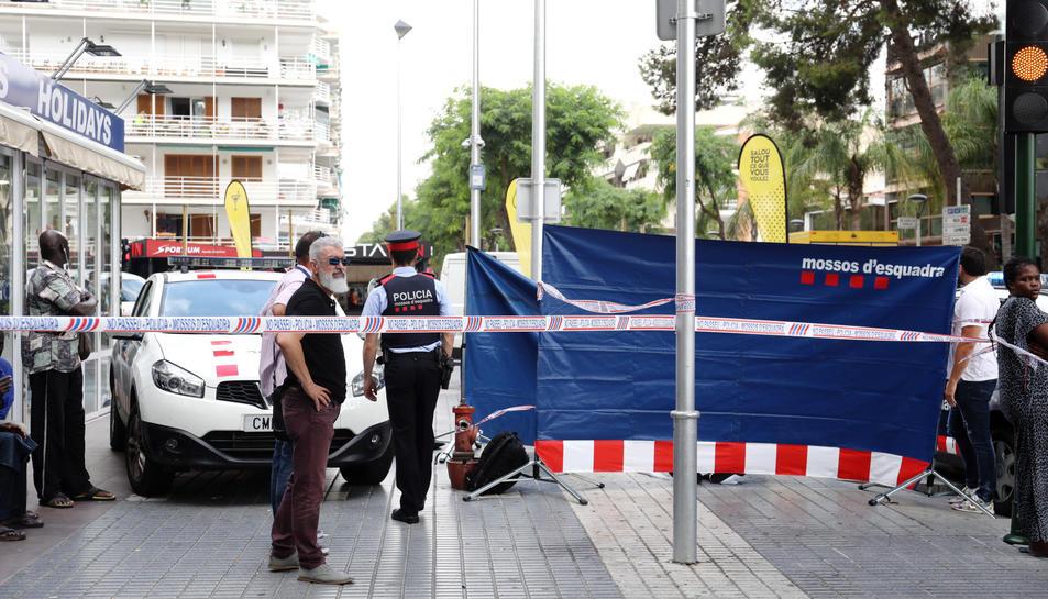El cordó policial al voltant del cadàver del jove mort, dilluns al matí, al carrer Carles Buigas.