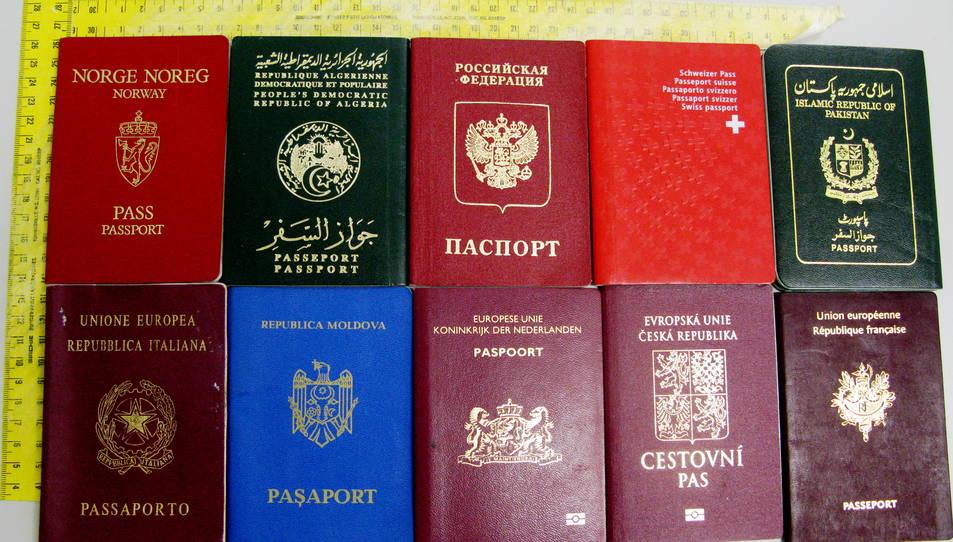 Els passaports recuperats per la Guàrdia Civil arran l'operatiu contra els robatoris a l'interior de vehicles a l'AP-7, al País Valencià.