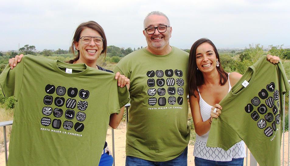 Les autores del disseny de la samarreta amb el resigodr de Cultura.