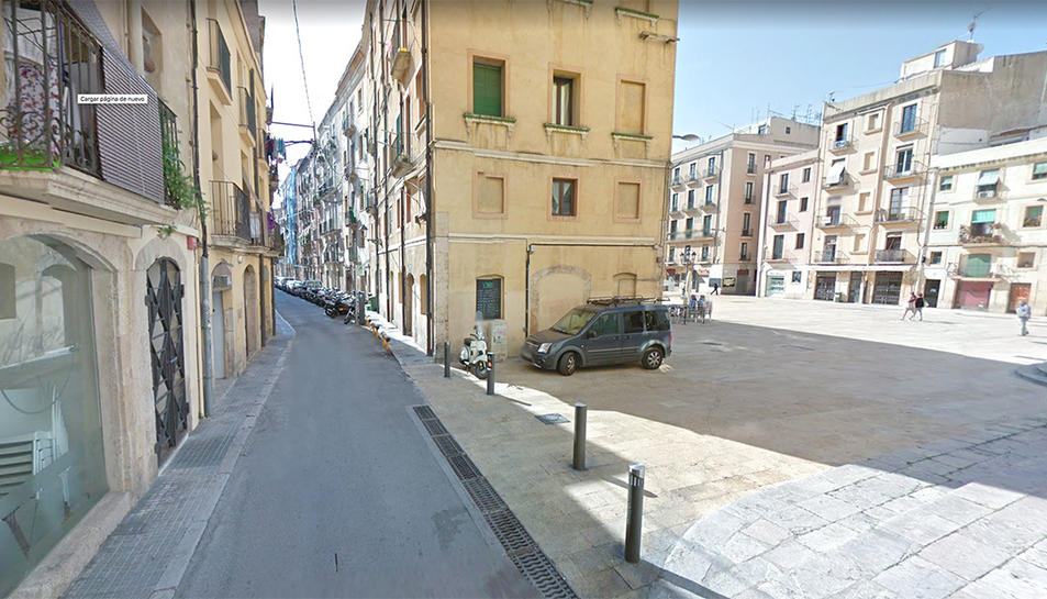El carrer de Sant Domènec és paral·lel a la plaça de la Font.