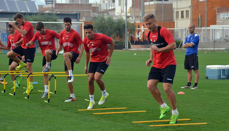 El lateral (tercer per la dreta) s'entrena a les ordres de López Garai mentre no es resol el seu cas.