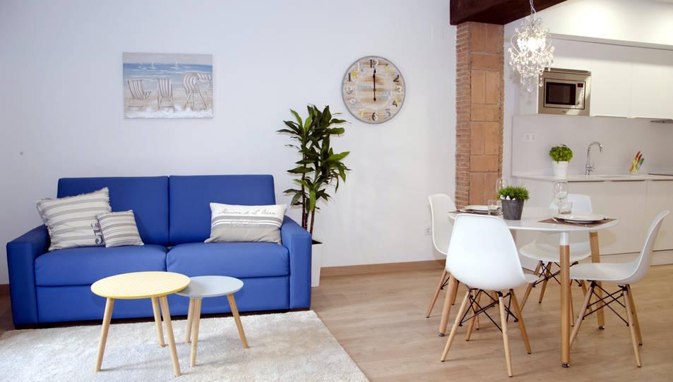 La sala d'estar d'un dels pisos turístics de Tarragona gestionats per Tarragona Suites.