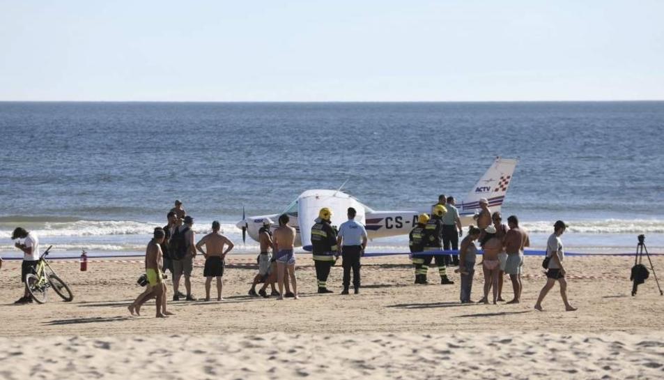 L'avioneta va aterrar a una platja plena de banyistes.