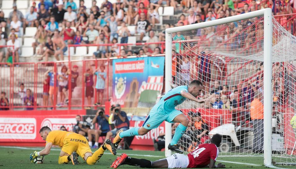 Paco Alcácer falla una ocasió davant de Dimitrievski i de Djetei.