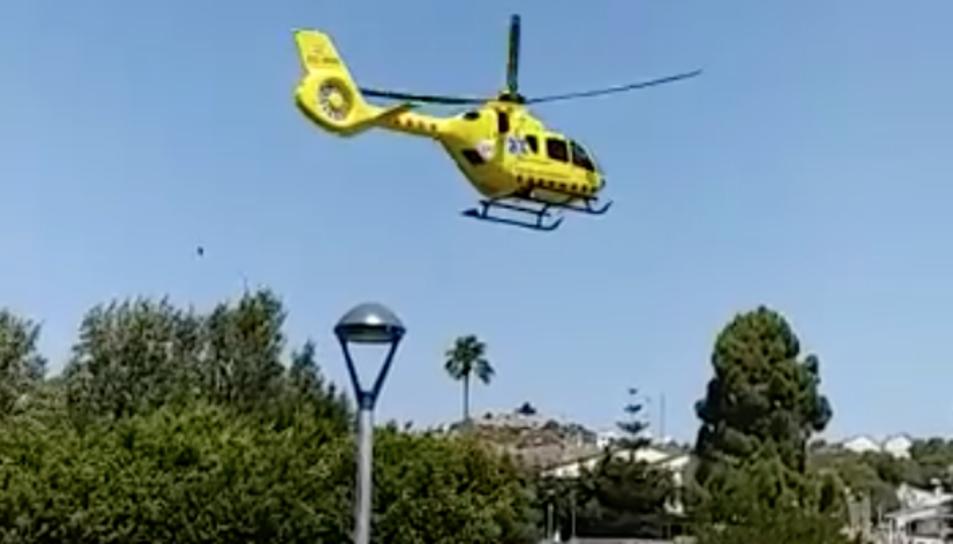 L'helicòpter medicalitzat del SEM als carrers de Segur de Calafell.