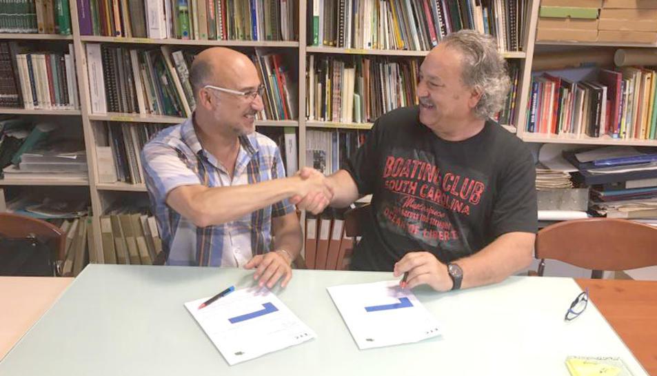 Elies Torres i Ángel Juárez després de formalitzar l'encàrrec de la maqueta.