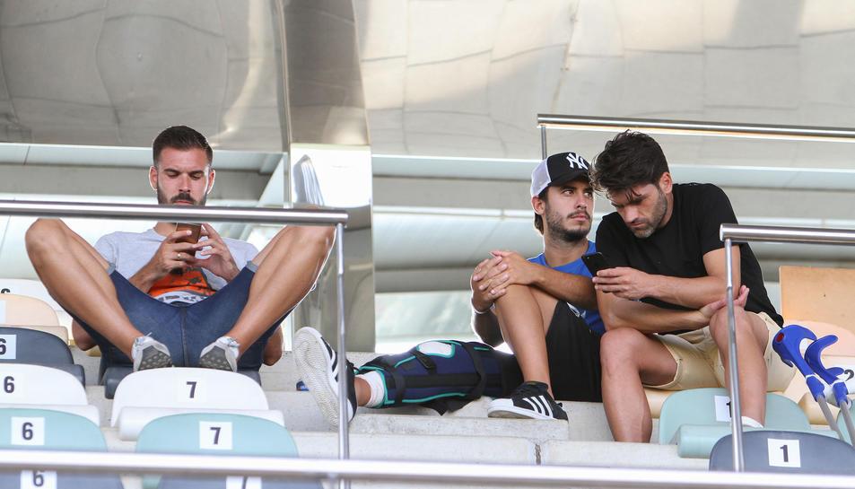 Atienza, Guzzo i Vitor, a les grades de l'Estadi Municipal de Reus durant el partit contra el Cornellà.