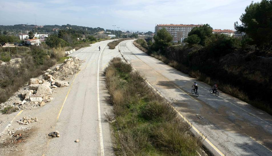 Imatge de l'antic traçat de l'autovia A-7 al seu pas per la Vall de l'Arrabassada.