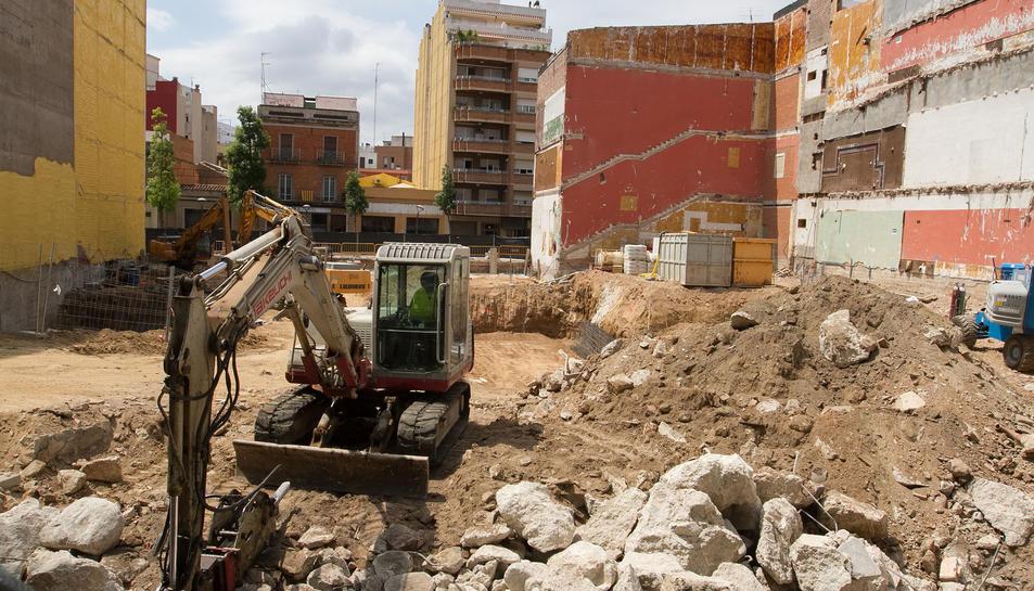 Les feines per obrir la zona destinada a aparcament i altres del futur equipament al carrer Batan.