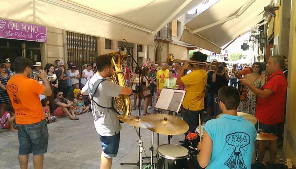Instant del vermut musical celebrat al carrer Còs del Bou durant el Sant Magí de 2016.