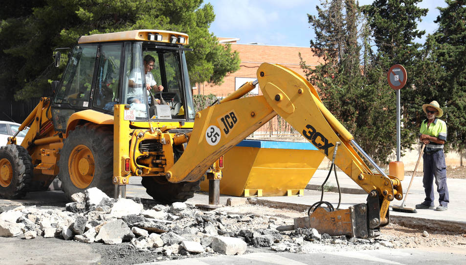 Imatge dels operaris desmuntant el gual de formigó ubicat al barri de Campclar, en una zona propera a l'Anella Olímpica.