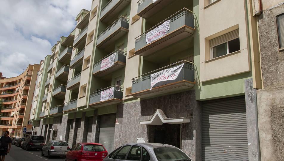 Els balcons mostren cartells reivindicatius aquests dies.