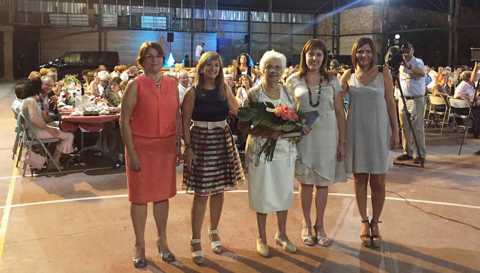 L'àvia Ribera d'Ebre 2017, Aurora Marqués Grau, amb el ram de flors i la placa commemorativa.