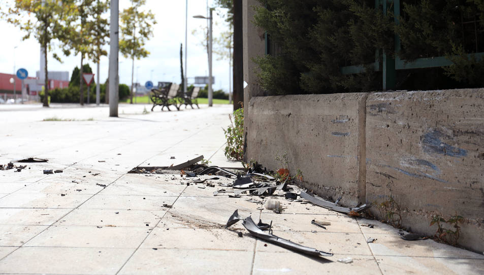 Les restes del cotxe accidentat, que ha xocat contra la tanca de l'Escola Campclar.