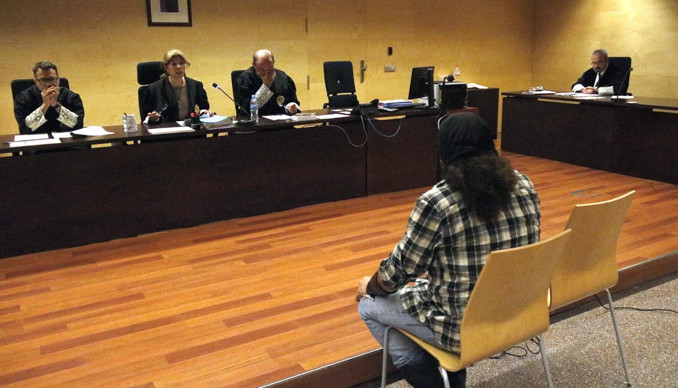 L'acusat davant el tribunal de l'Audiència de Girona.