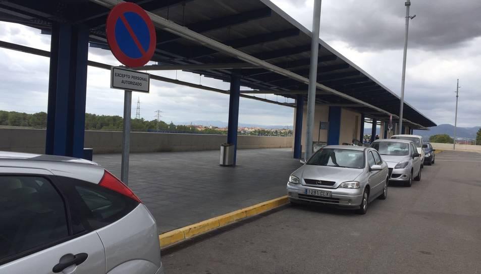 L'home es mostrava indignat pel fet que hi hagi espai reservat per a taxis i el personal i ni una sola plaça per a minusvàlids.