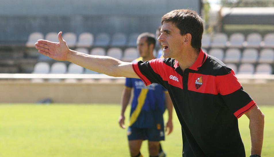Emili Vicente dirigeix als seus homes en una imatge d'arxiu d'un partit de la temporada en què va entrenar el club roig-i-negre.