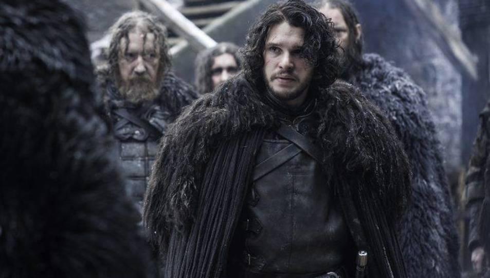 Jon Snow amb la capa que usen els guardians de la nit.