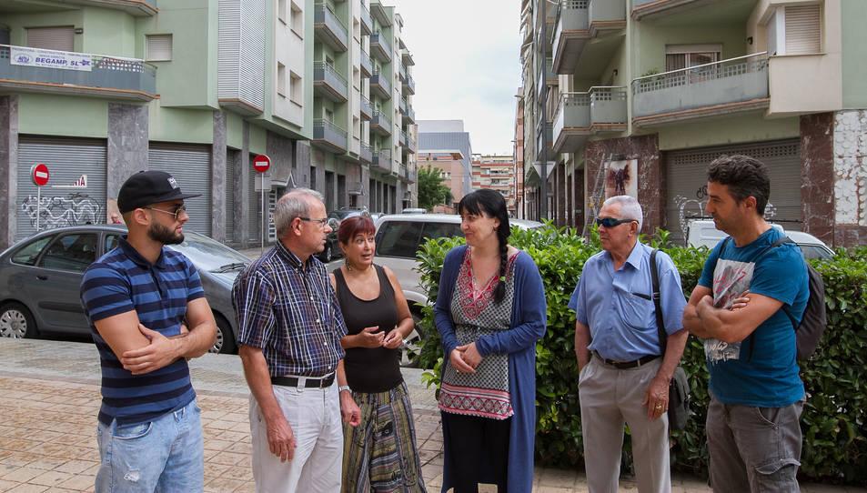 Membres de l'Associació de Veïns d'Horts de Miró i de la Coordinadora d'Entitats, davant dels blocs.