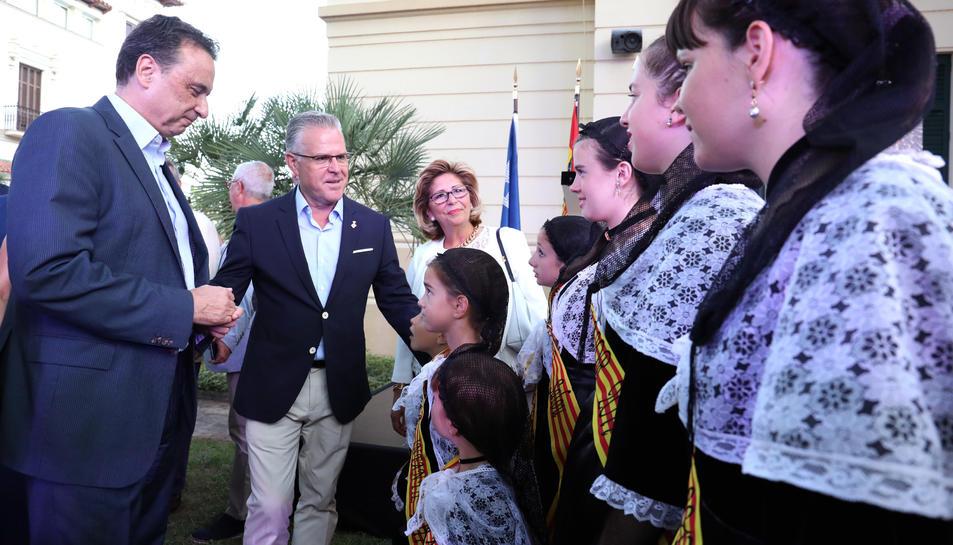 L'alcalde de Torremolinos, a l'esquerra, amb les pubilles durant la inauguració de les Nits Daurades.
