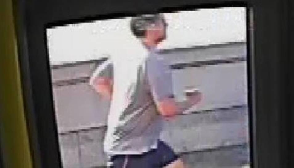 Una fotografia de l'agressor difosa per la policia de Londres.