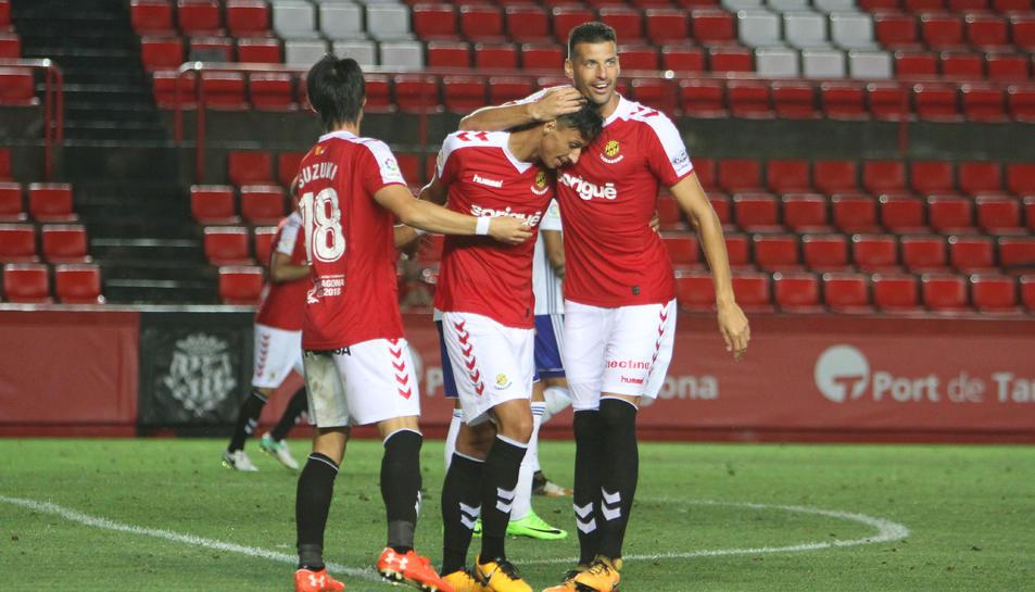 Suzuki i Perone feliciten Maikel Mesa després de transformar el segon gol, rematant de cap una bona centrada d'Omar Perdomo.